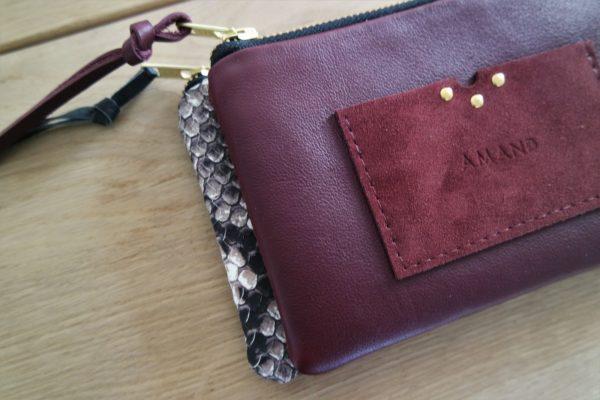 Trousse LA COQUETTE en cuir bordeaux avec porte-cartes intégré
