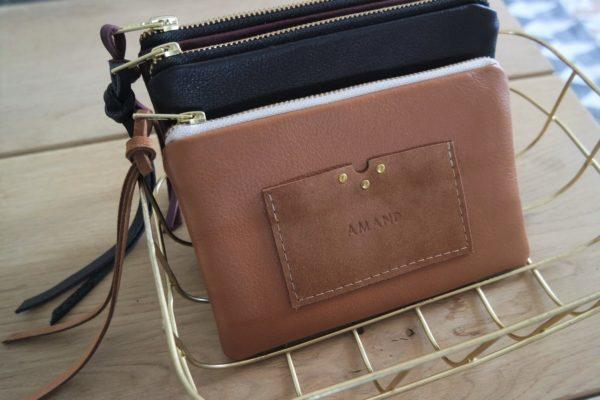 Trousse LA COQUETTE en cuir camel avec porte-cartes intégré