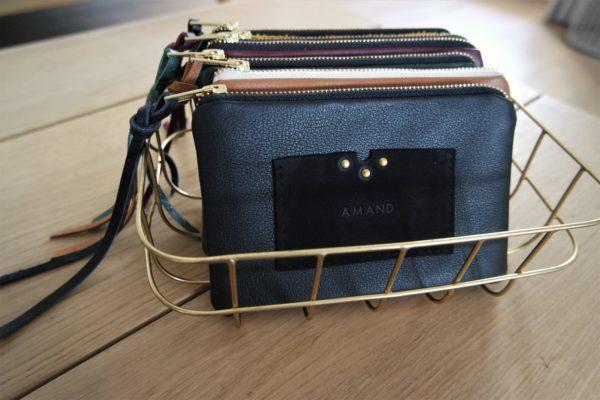 Trousse LA COQUETTE en cuir noir avec porte-cartes intégré